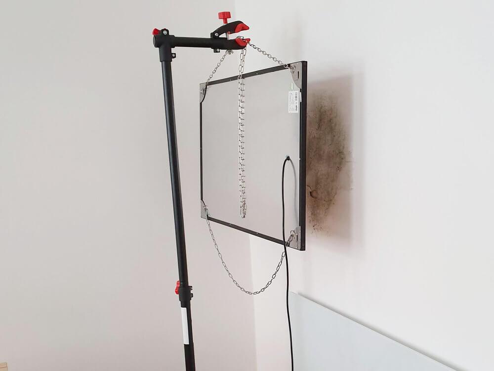 """Es sind zwei Versionen des INTROC Bautrockners, Modell """"Power"""" zu sehen. In einer Zimmerecke stehen sie jeweils normal zueinander wenige Zentimeter von der Wand entfernt und trocknen die Bausubstanz."""